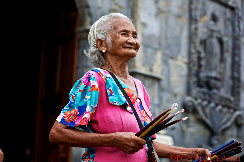 Prayer lady at the Santos Nino Church in Cebu