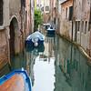 Kanal mit Booten; an den Häusern sieht man den Verfall Venedigs