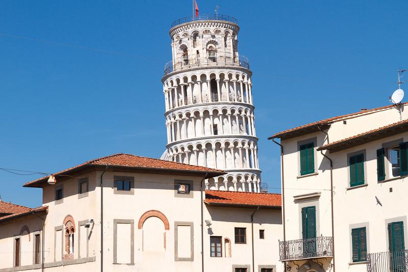 Der schiefe Turm lugt hinter den Häusern hervor
