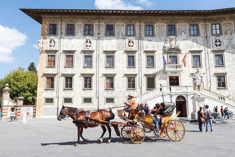 Eine Kutsche fährt über den Piazza dei Cavalieri