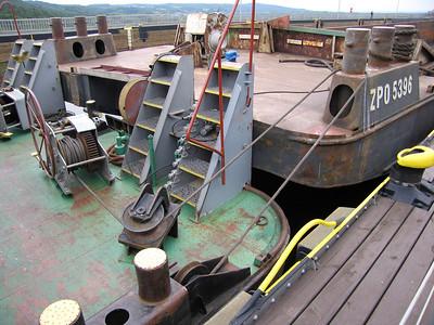 Verbinding duwboot aan bak