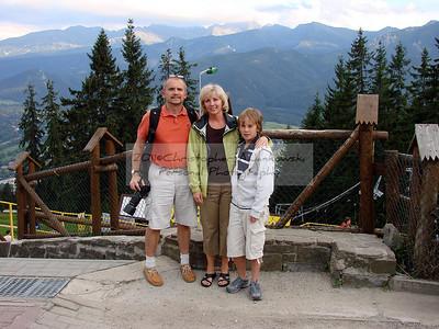 Cala rodzinka .za nami Giewont z polskimi Tatrami.2008
