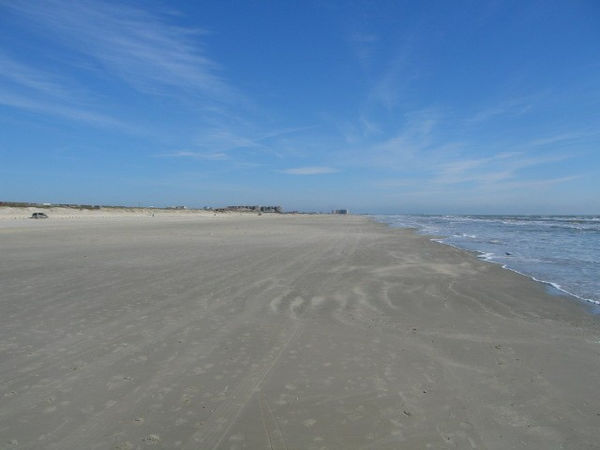 The beaches are wide and very, very clean. Pay attention Los Angeles and San Diego.