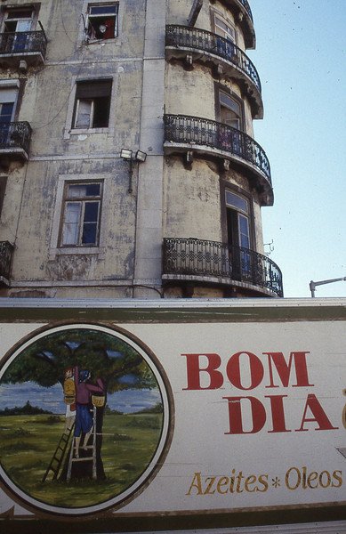 001  Lissabon, Bairro Alto, Bom Dia op vrachtwagen en gevel