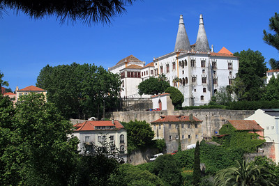 Palacio Nacional de Sintra, with large conical kitchen chimneys.