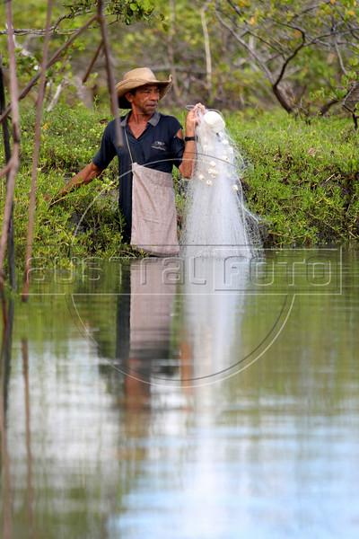 A fisherman looks to cast his net near Jericoacoara in Brazil's northeastern Ceara state.(Australfoto/Douglas Engle)