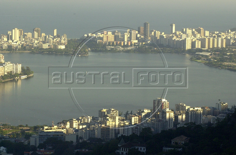 Brasil: A view of the Rodrigo de Freitas lagoon in Rio de Janeiro, which is surrounded by Ipanema and Leblon, top, and Jardim Bot‡nico, Bottom. (AustralFoto/Douglas Engle)