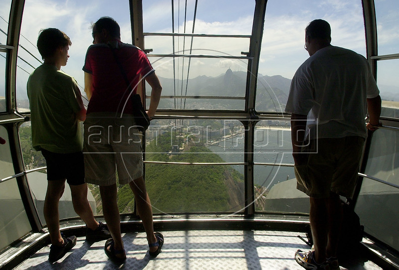 Tourist ride the cable car to the famous Sugarloaf Mountain in Rio de Janeiro, Brazil.<br /> (AustralFoto/Douglas Engle)