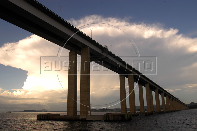The Niteroi Bridges spans the Guanabara Bay, connecting Rio de Janeiro with Niteroi. Inauguated in 1974, the bridge is 13 km long.<br /> AustralFoto/Douglas Engle)