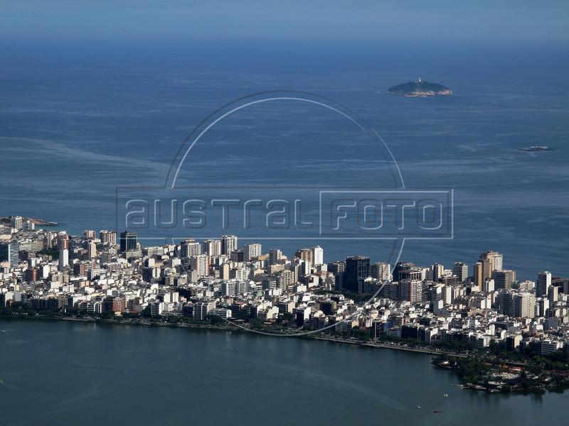 The Rodrigo de Freitas Lagoon, foreground, The Ipanema district and Atlantic Ocean in Rio de Janeiro.(Australfoto/Douglas Engle)