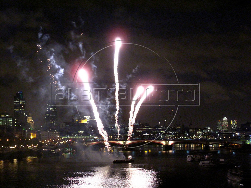 Bonfire Night fireworks over the Thames River in London, United Kingdom commemorate the 1605 Gunpowder Plot, led by Guy Fawkes (13 April 1570 Ð 31 January 1606). Fawkes was a member of a group of Roman Catholic restorationists from England who planned the plots, which attempted to displace Protestant rule by blowing up the Houses of Parliament while king James I and the entire Protestant aristocracy were inside.(Australfoto/Douglas Engle)