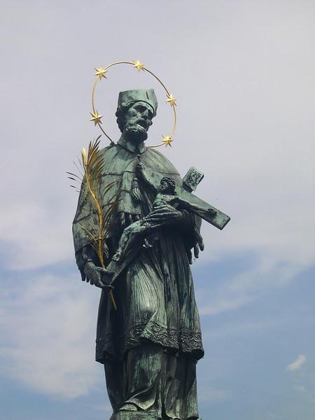 Ein av dei mange tusen statuer..
