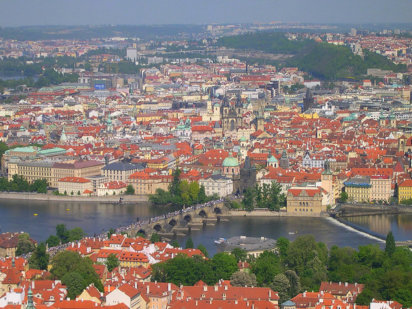 Karlsbroen, på tsjekkisk Karlův most, er en bro over elven Moldau i Praha. Den ble bygget under Karl IVs regeringstid. Bygget ble pågebynt i 1357 som erstatning for den eldre Judith-broen som ble ødelagt under flommen i 1342.<br /> <br /> Det sies at Karl IV ga ordre til bøndene rundt Praha om å levere ferske egg som så ble blandet i sementen for å gjøre konstuksjonen sterkere.<br /> <br /> I 1648 foregikk det harde kamper mellom den svenske arméen og gamlebyens befolkning.