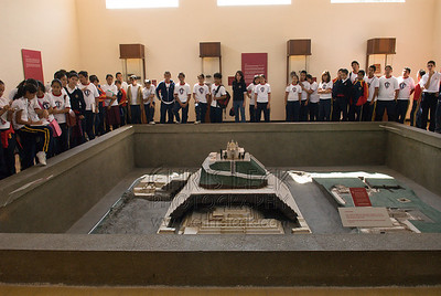 Students view a replica of the Temanapa Pyramid site