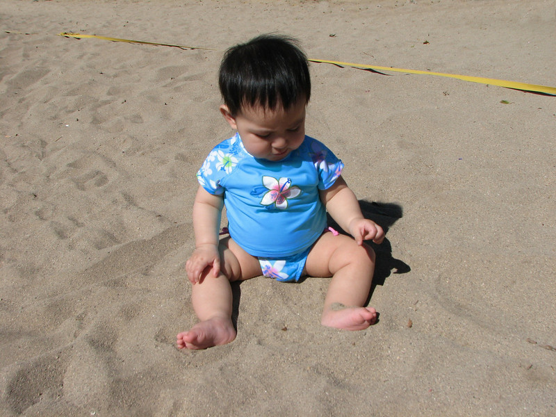 Ohhh, I like playing with the sand...<br /> <br /> Me encanta jugar con la arena...