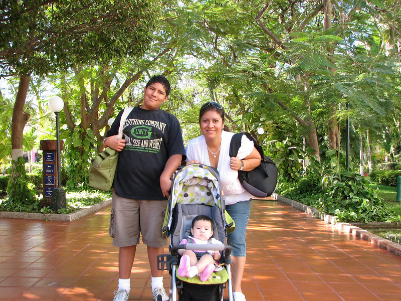 At the resort...  posing for the camera...<br /> <br /> En el resort, posando para la camara...