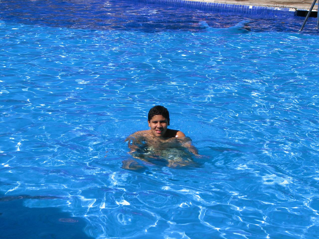 Caesar couldn't wait to get in the pool.<br /> <br /> Cesar no podia esperar a meterse a la piscina.