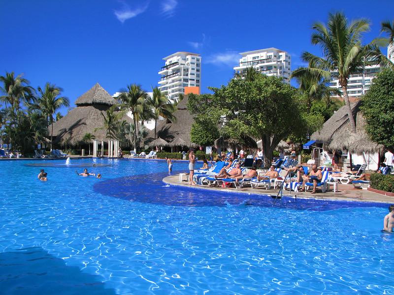 The beautiful pool.<br /> <br /> La hermosa piscina.
