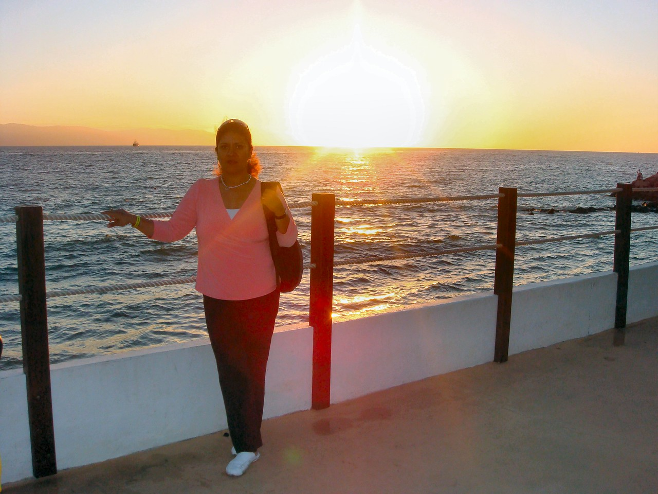 Mom is also enjoying the view...<br /> <br /> Mi mami tambien disfruta de la escena...