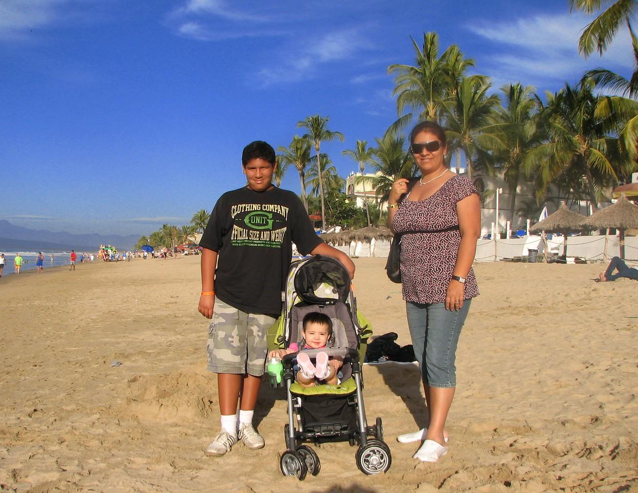 Walking on the beach, at la Pe`ita.<br /> <br /> Caminando en la playa, en la Pe~ita.
