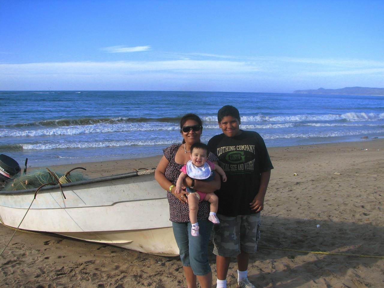 Mom and the kids.<br /> <br /> Mami y los chicos.
