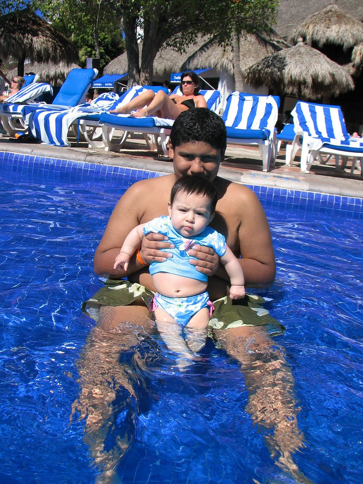 Swimming with my big brother...<br /> <br /> Un chapuzon on mi hermanito..