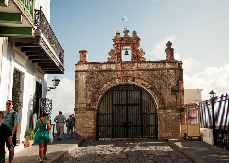 La Puerta de San Juan:  Durante los siglos XVII y XIX la Puerta de San Juan era la entrada simbolica a la cuidad.  Despues de desembarear en el muelle abajo, los visitantes procedian por la puerta hasta la Catedral donde daban gracias por el viaje sin contratiempos.  Los abastocimientos y materiales entraban por la Puerta de San Justo.
