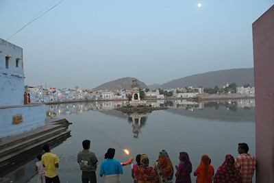 Devote Hindus perform puja at the Pushkar Lake, Rajasthan during the evening aarti.  The town of Pushkar is located 14 km North West of Ajmer. Pushkar is one of the oldest cities of India. It  has in recent years become a popular destination for foreign tourists. Pushkar, Rajasthan, India.