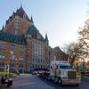 Camion XXL et l'hôtel Château de Frontenac se côtoient le plus naturellement du monde.