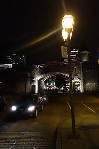 Regard nocturne sur l'arc Saint-Jean