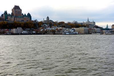 La vue du château de Frontenac depuis le Saint-Laurent et le bâteau effectuant la traversée entre Québec et Lévis.