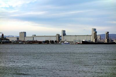 La nuit venue, ces silos se transforment en salle de spectacle