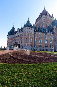Le Château Frontenac est le premier d'une longue série d'hôtels de style « château » construits par les compagnies ferroviaires canadiennes à la fin du XIXe et au début du XXe siècle afin de populariser les voyages par train. Commandé par le chemin de fer Canadien Pacifique, sa construction commence en 1892.