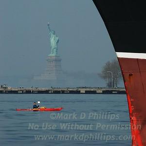 QueenMary2_statue_kayak