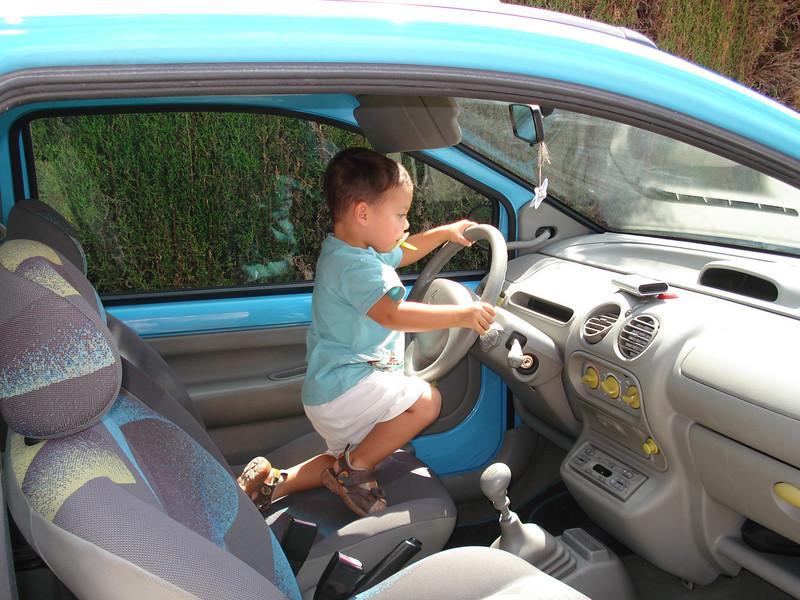 Voiture,voiture...Smart kid!