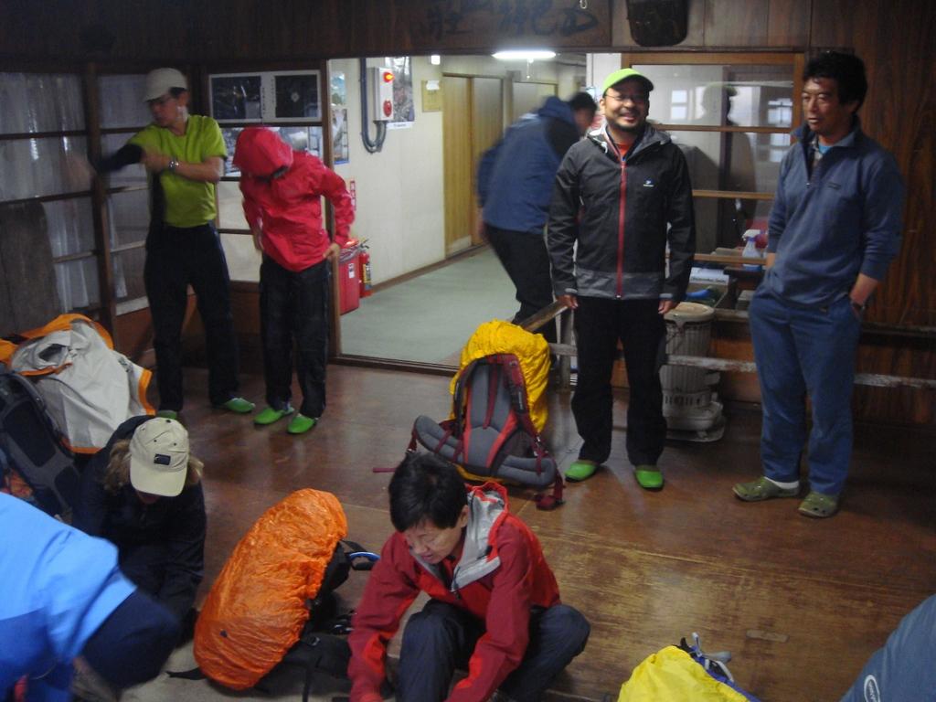 Setting off from Goshikigahara Sanso Hut.