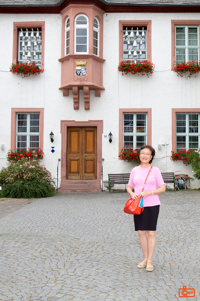 Rosa's mother outside Siegfried´s Mechanisches Musikkabinett.