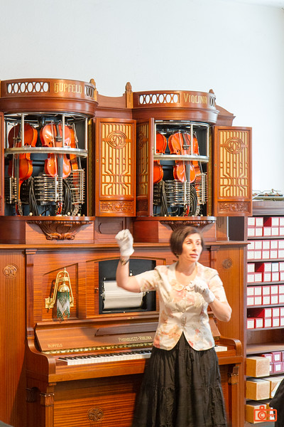 This is the guide to one of the more unusual museums we have visited - Siegfried´s Mechanisches Musikkabinett - a museum of automated music. This elaborate violina would play six violins and the piano at the same time.