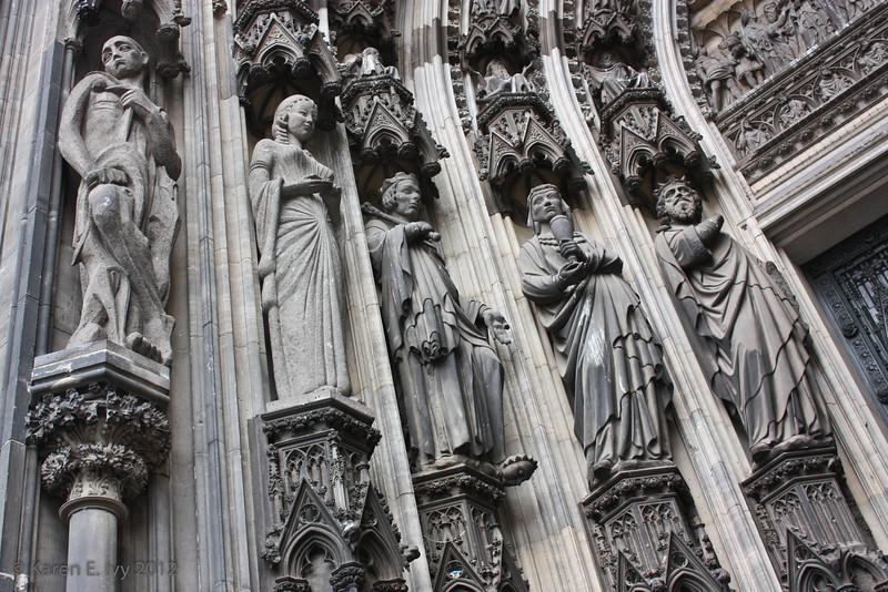 Statuary by secondary door, Dom