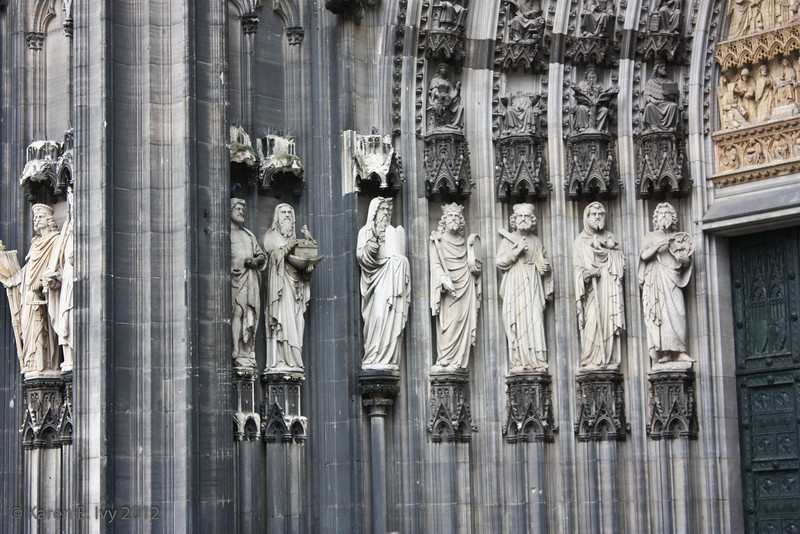 Statuary by center door, Dom entrance