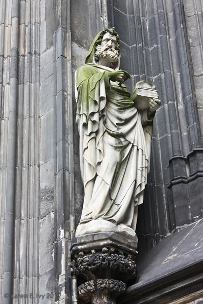 Statue by a Dom door