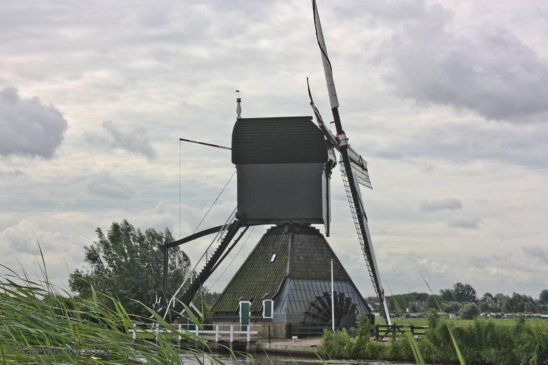 Windmill rotates top to catch wind