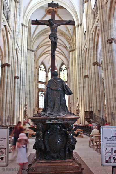 Nave of the Dom - crucifix with praying statue