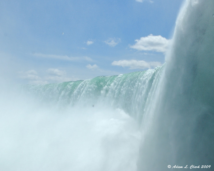 Looking up at the Horseshoe falls thru the mist