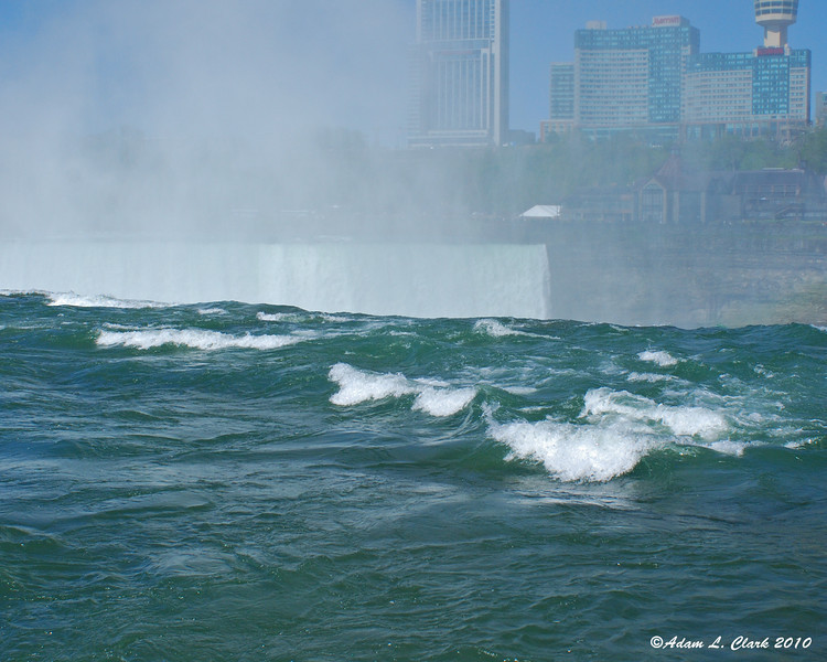 Water just before going over the Horseshoe Falls