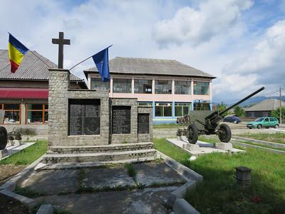 Heel erg Roemenië foto. Oorlogsmonument 1ste en 2de wereldoorlog. Europese en roemeense vlaggen. USSR geschut ZiS-3