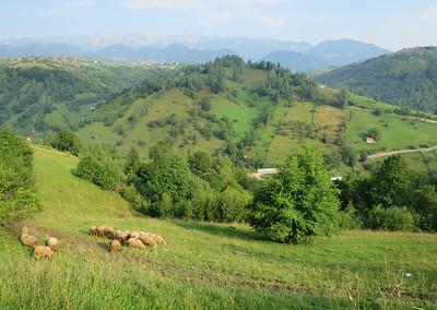 Van dorp naar dorp over bergpassen, rijden in de Karpaten