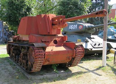 Buitgemaakt russisch geschut op roemeens tankonderstel