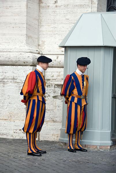 Sveitsergarden holdt vakt inn til Paven..