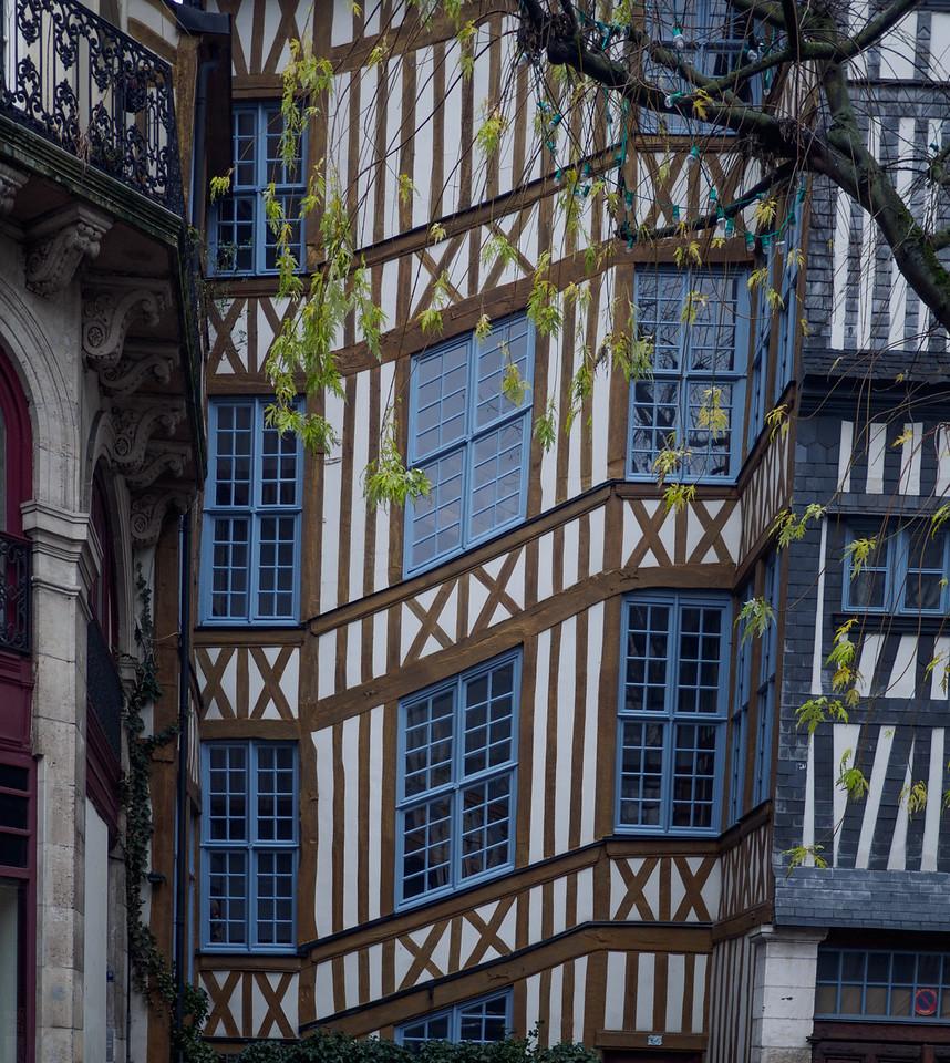 Unusual connection between properties in Old Rouen